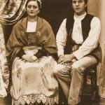Jeune Couple Assis Sépia